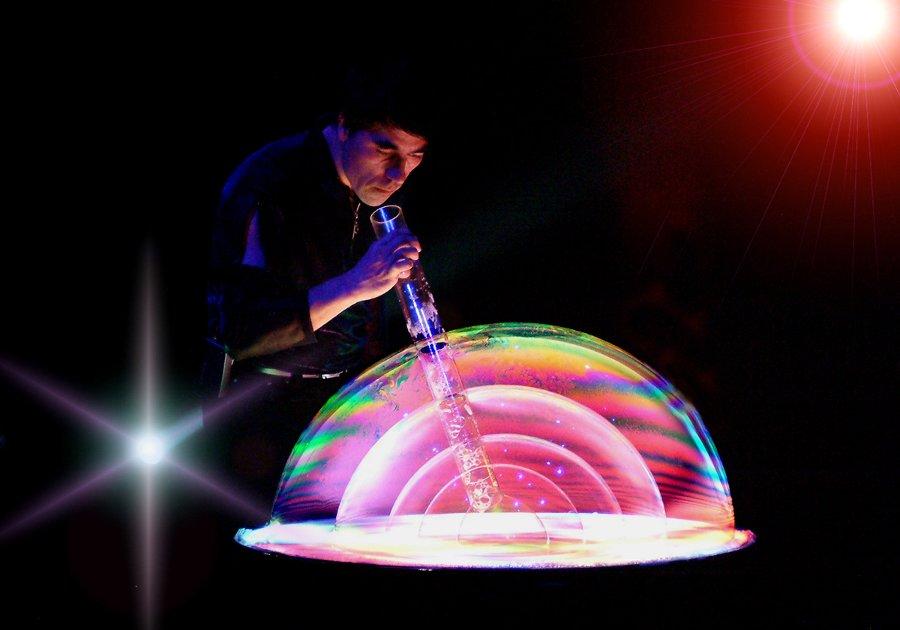 шоу неоновых мыльных пузырей
