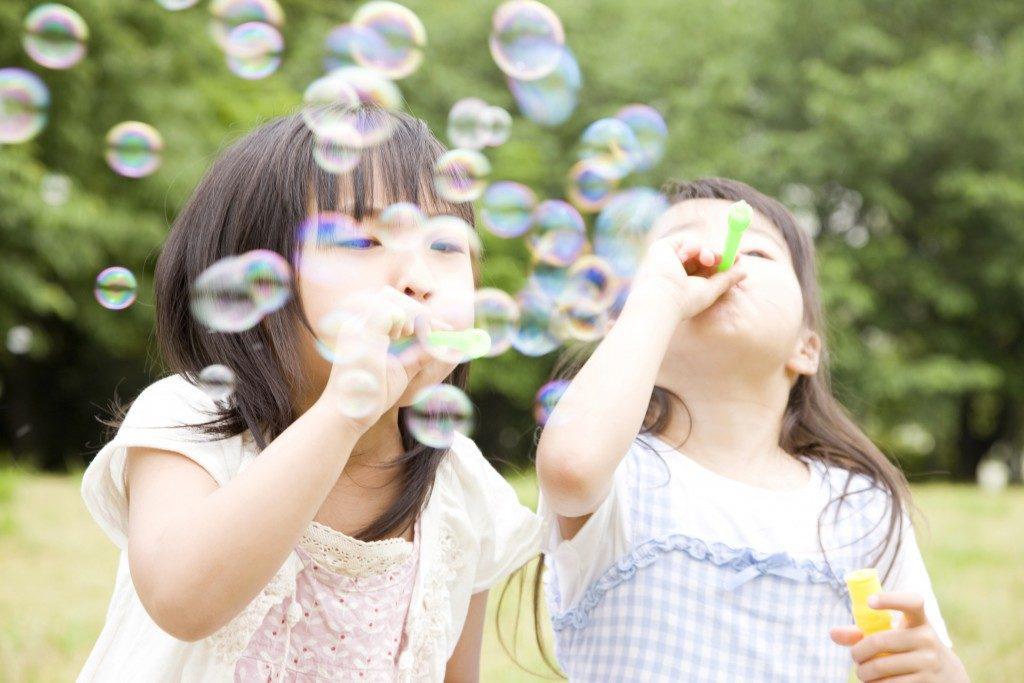 дети пускают мыльные пузыри